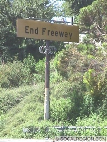 Old END FREEWAY sign at Colorado Street. Note the anti-vandalism razor wire.